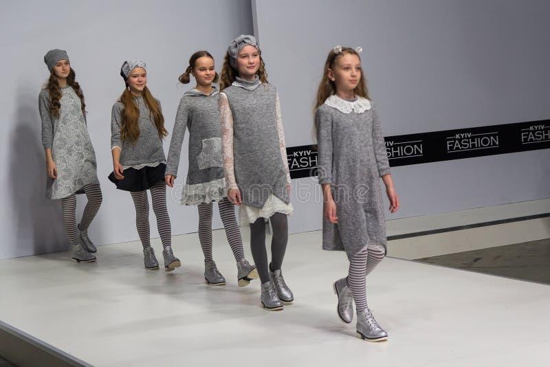 基辅,乌克兰- 2018年2月08日:孩子展示孩子的流行的服装指挥台的 免版税库存照片