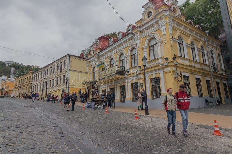 基辅,乌克兰- 2017年10月01日:居民走和在Andreevsky下降街道上的游人 免版税库存图片