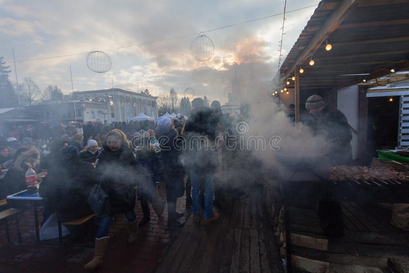 基辅,乌克兰- 2017年2月17日:市民和柜台用街道食物 库存照片