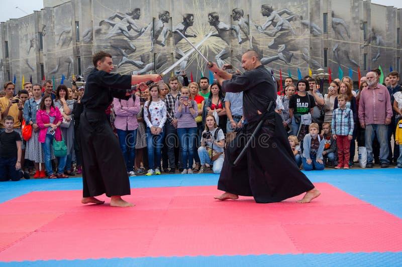 基辅,乌克兰- 2018年9月07日:日本剑的大师显示日本的精通和节日天 免版税图库摄影