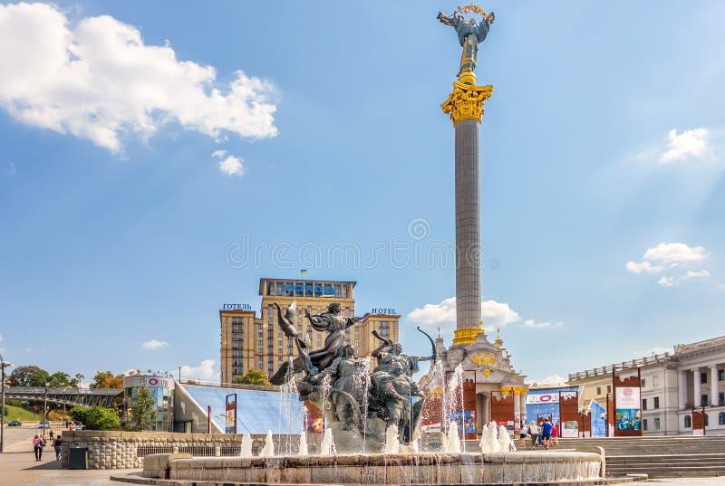 基辅,乌克兰- 2018年8月15日:独立纪念碑在马坦公园在基辅,对Euromaidan的纪念陈列 免版税库存图片