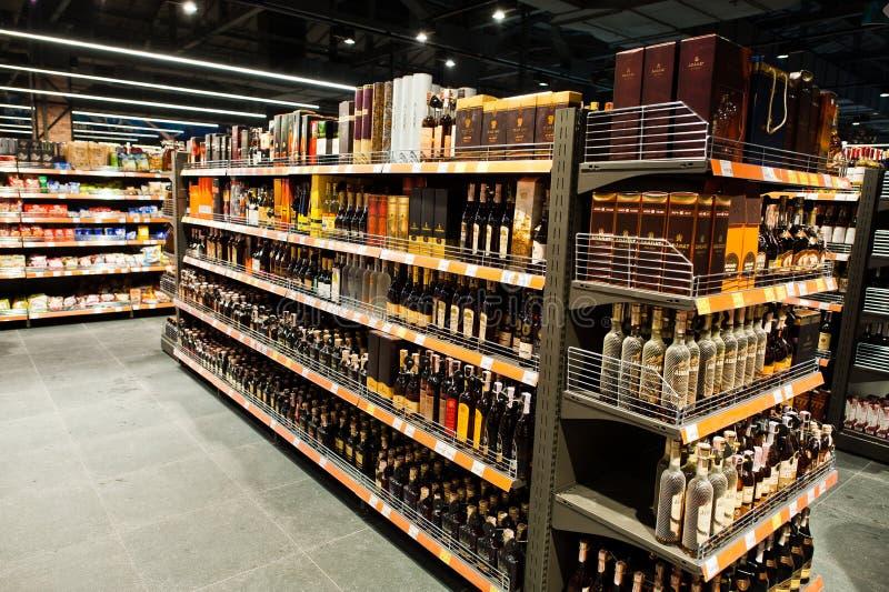 基辅,乌克兰- 2018年12月19日:瓶不同的酒精瓶和科涅克白兰地在架子在超级市场 免版税图库摄影