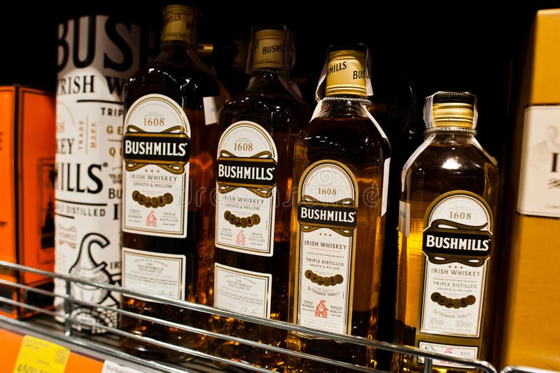 基辅,乌克兰- 2018年12月19日:瓶在架子的Bushmills威士忌酒在超级市场 老Bushmills槽坊是  库存照片