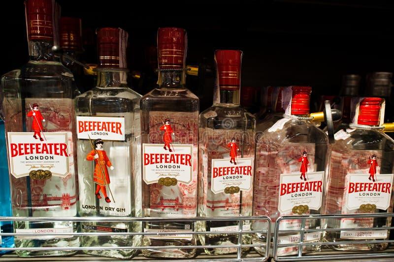 基辅,乌克兰- 2018年12月19日:瓶架子的英王卫士在超级市场 英王卫士杜松子酒是拥有的杜松子酒品牌  免版税库存照片