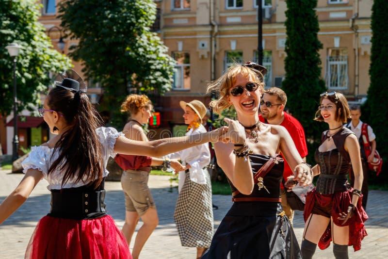 基辅,乌克兰- 2018年8月11日:男人和妇女有steampunk st的 库存图片