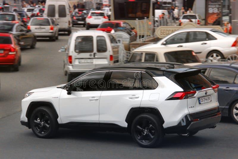 基辅,乌克兰- 2019年5月3日:白色丰田Rav4 SUV在城市 库存照片
