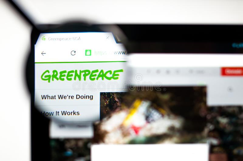 基辅,乌克兰- 2019年4月5日:绿色和平网站主页 可看见绿色和平的商标 免版税库存照片