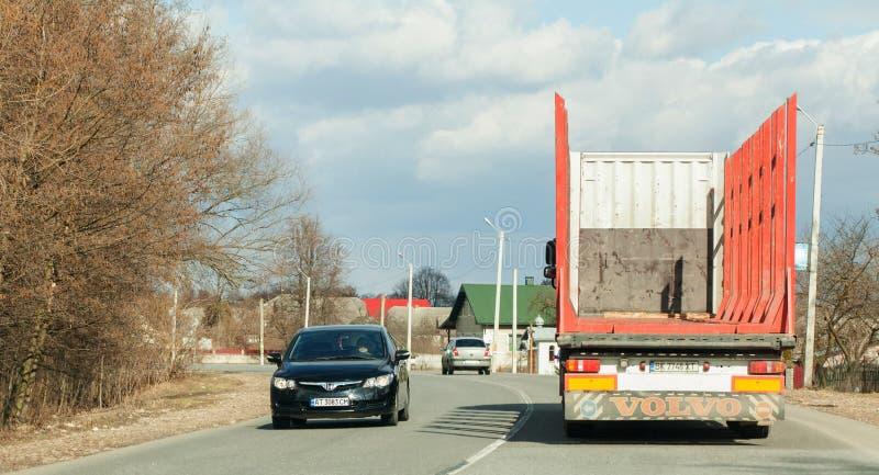 基辅,乌克兰2019年3月06日:运输的木头大卡车在路 免版税图库摄影