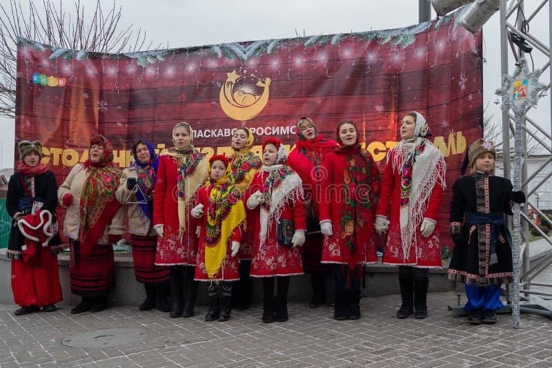 基辅,乌克兰- 2018年1月13日:非职业民间传说集体执行圣诞节颂歌 免版税库存图片