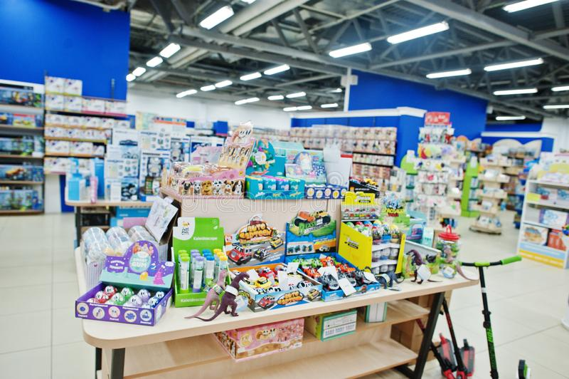 基辅,乌克兰- 2018年1月16日:顾客购物玩具 免版税库存照片