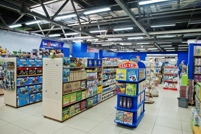 基辅,乌克兰- 2018年1月16日:顾客购物玩具 免版税图库摄影