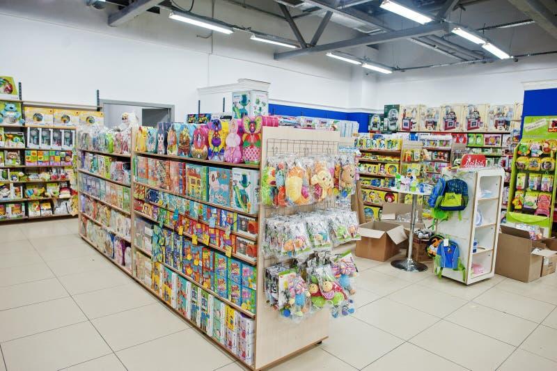 基辅,乌克兰- 2018年1月16日:顾客购物玩具 库存图片