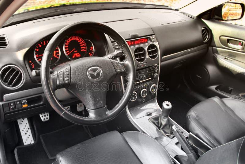 基辅,乌克兰- 2018年11月5日:马自达汽车内部 一辆现代汽车的内部的看法显示仪表板的 库存图片