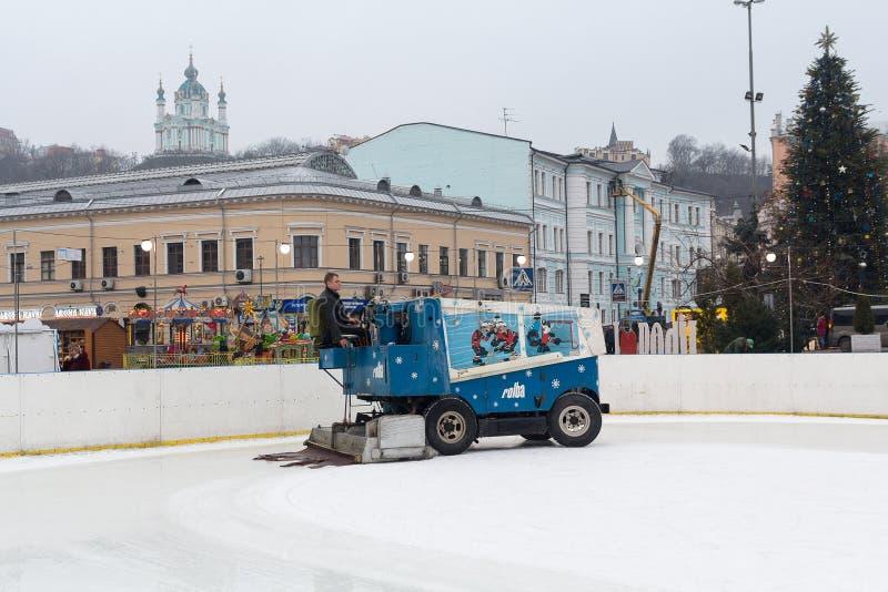 基辅,乌克兰- 2017年1月28日:Mishina填装Kontraktova广场的溜冰场 库存图片