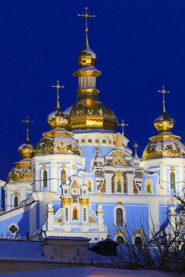 基辅,乌克兰- 2018年12月25日 圣迈克尔斯金黄半球形的修道院和在基辅看见的钟楼的看法有大教堂的 库存照片