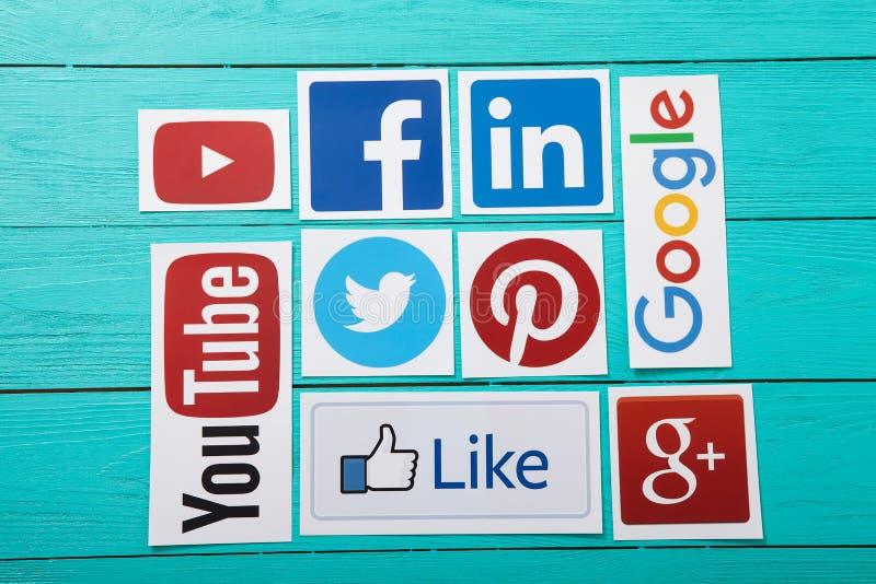 基辅,乌克兰- 2017年3月10日 普遍的社会媒介商标的汇集在纸打印了:YouTube, Facebook,慌张,谷歌加上 图库摄影