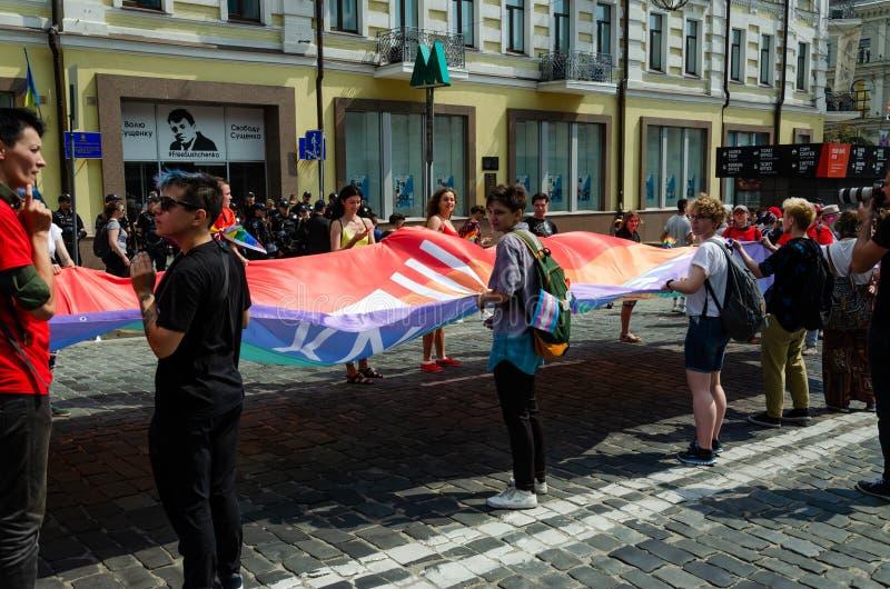 基辅,乌克兰- 2019年6月23日 3月平等 LGBT行军KyivPride E 人们松开了一面巨大的彩虹旗子 图库摄影