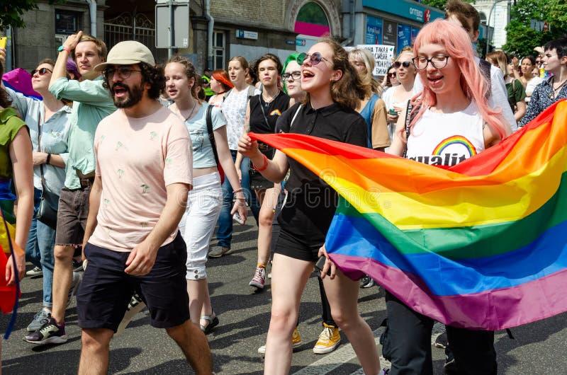 基辅,乌克兰- 2019年6月23日 3月平等 LGBT行军KyivPride E 女孩举着一面大彩虹旗子 免版税库存照片