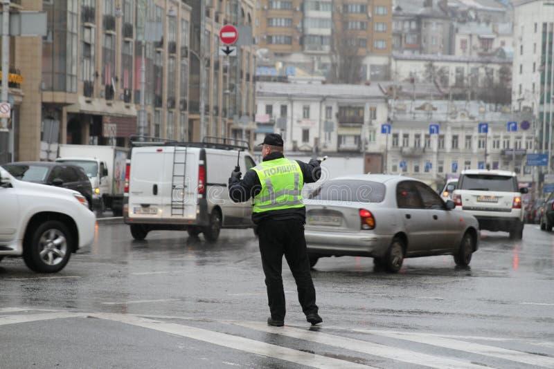 基辅,乌克兰- 2017年11月29日 警察在交叉路调控交通在基辅,乌克兰 图库摄影