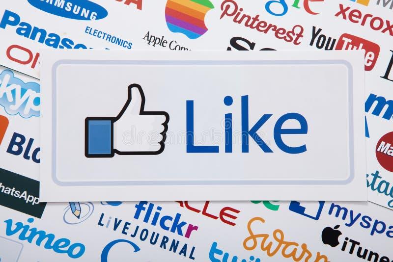 基辅,乌克兰- 2017年3月10日 Facebook大象, Pinterest, Livejournal,谷歌,慌张商标在纸打印了 顶视图和Mo 免版税库存照片