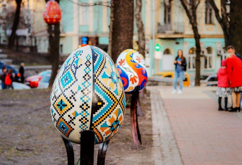 基辅,乌克兰- 2018年4月7日:复活节在Sofievska广场的陈列节日,五颜六色的由传统的艺术家复活节彩蛋手画 库存照片