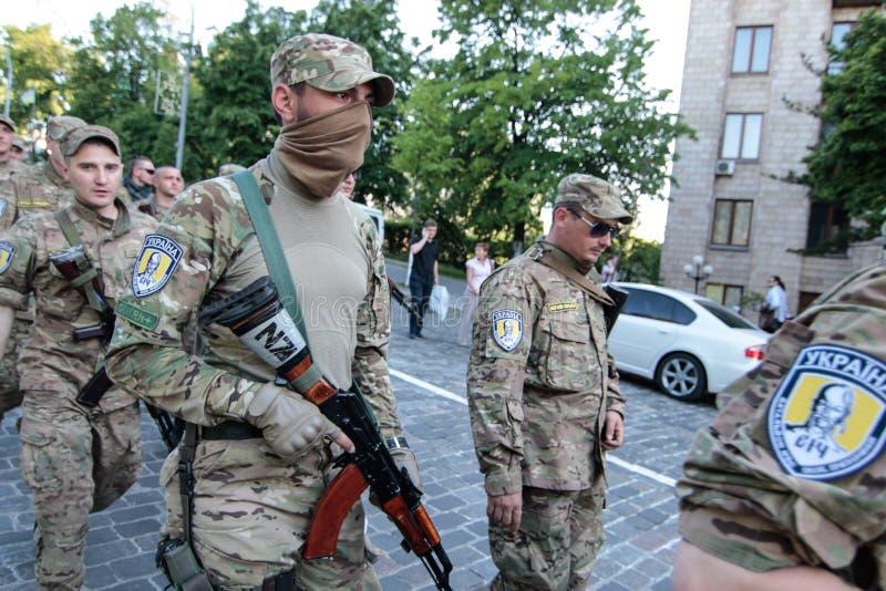 基辅,乌克兰-  19日2015年:军事军人和妇女从'西奇' batallion 免版税库存照片