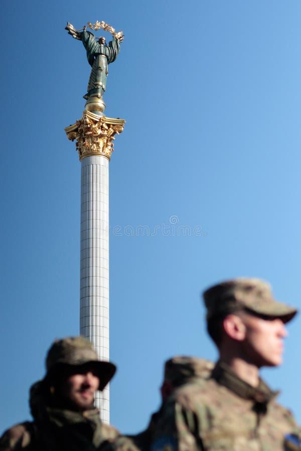 基辅,乌克兰-  19日2015年:军事军人和妇女从'西奇' batallion 库存图片