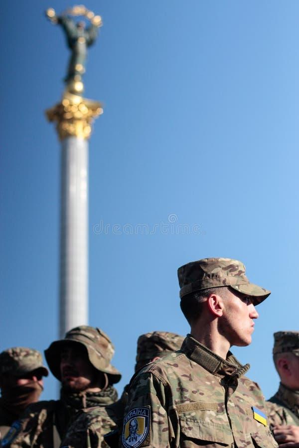 基辅,乌克兰-  19日2015年:军事军人和妇女从'西奇' batallion 库存照片