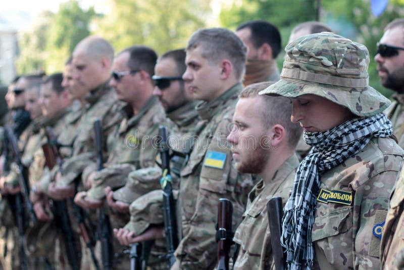 基辅,乌克兰-  19日2015年:军事军人和妇女从'西奇' batallion 免版税库存图片