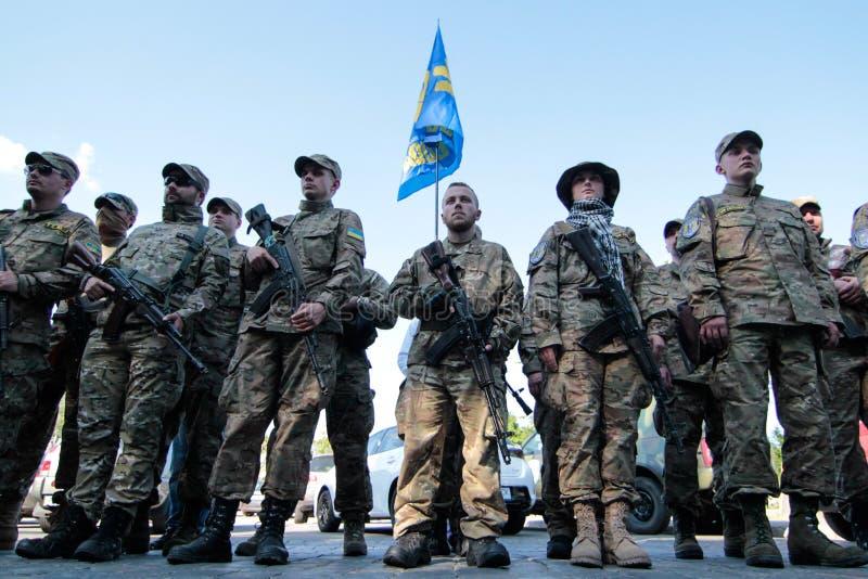 基辅,乌克兰-  19日2015年:军事军人和妇女从'西奇' batallion 免版税图库摄影