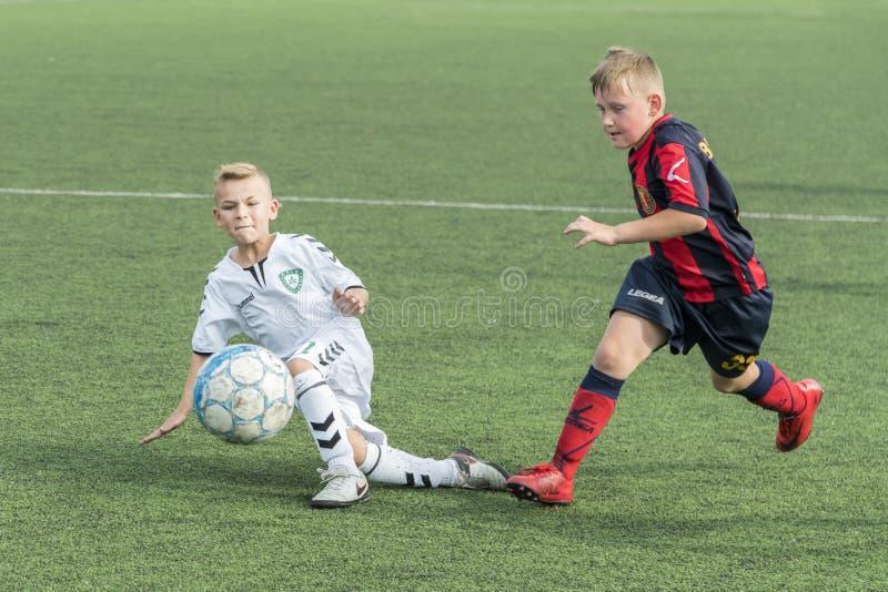 基辅,乌克兰- 2018 6月28日,孩子踢橄榄球 踢足球的两个男孩 免版税图库摄影