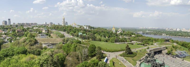 基辅,乌克兰- 2017年5月7日:俯视基辅Pechersk拉夫拉的城市的全景 库存照片