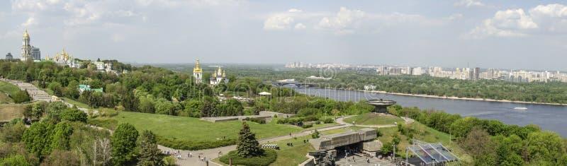 基辅,乌克兰- 2017年5月7日:俯视基辅Pechersk拉夫拉的城市的全景 库存图片