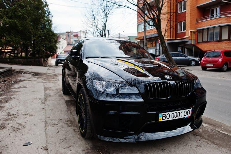 基辅,乌克兰- 2017年3月22日:在st的黑BMW X6 M表现 免版税图库摄影
