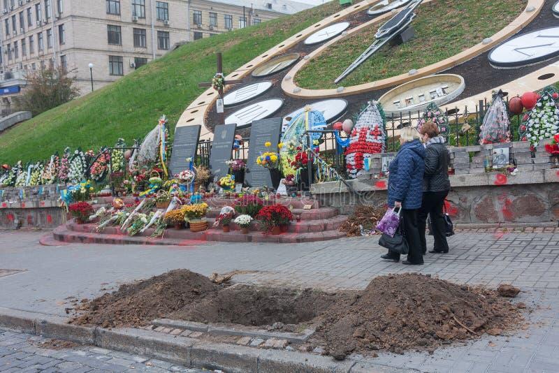 基辅,乌克兰- 2014年10月22日:对在革命被杀害的那些的纪念品2014时街道Institutska 库存图片