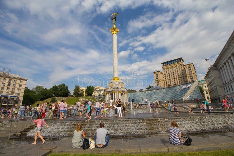 基辅,乌克兰- 2017年6月11日:独立广场的公民 库存照片
