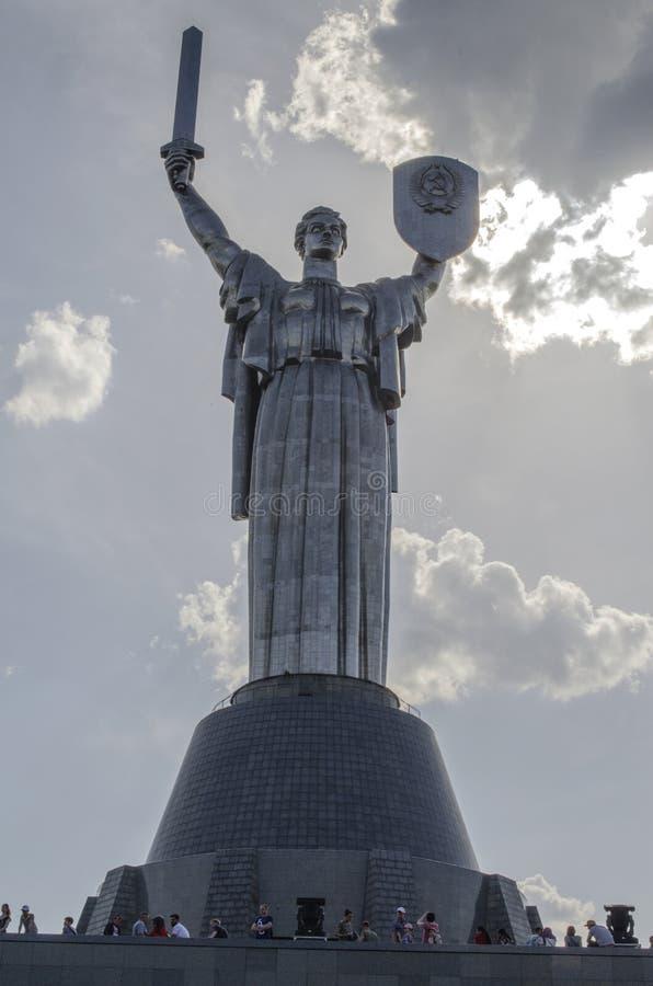 基辅,乌克兰- 2017年5月7日:祖国的巨大的雕象 库存照片