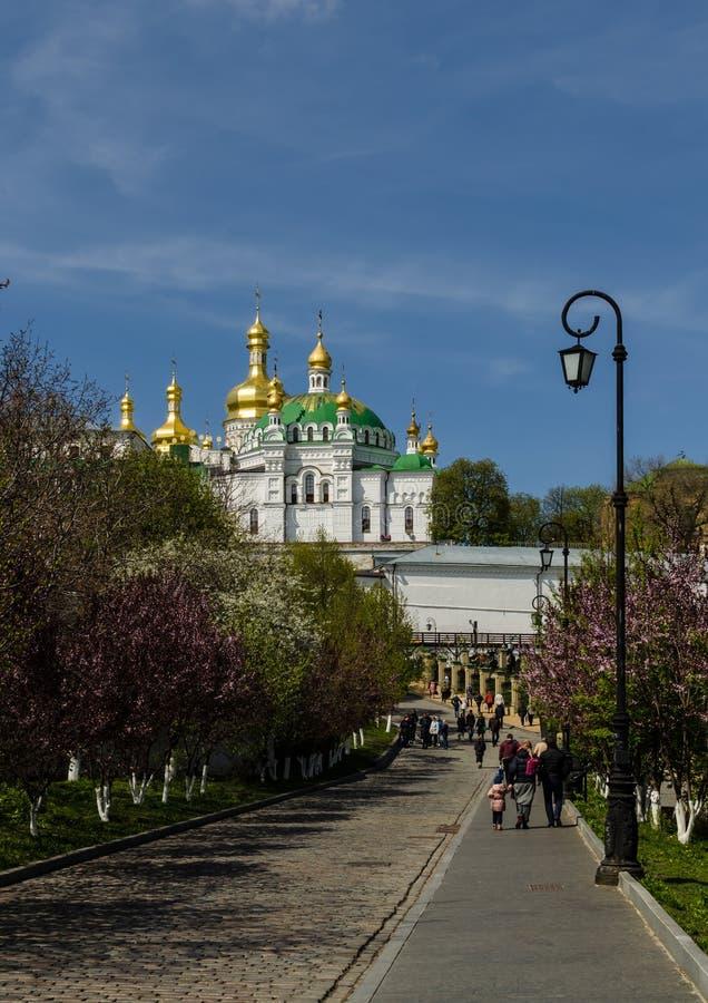 基辅,乌克兰- 2017年4月17日:餐厅教会和Uspensky大教堂,基辅Pecherskaya拉夫拉的看法 免版税库存图片