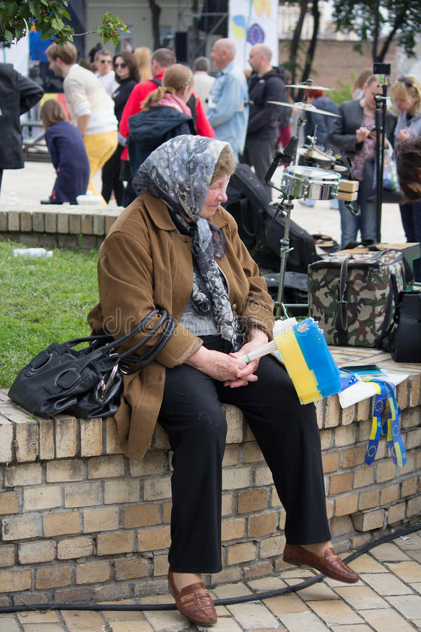 基辅,乌克兰- 2016年5月21日:年长妇女卖乌克兰和欧盟的标志 图库摄影