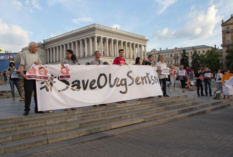 基辅,乌克兰- 7月13,2018 :人们站立并且拿着要求的宽幅纸张从在R的监狱解救乌克兰公民Oleg Sentsov 免版税库存照片