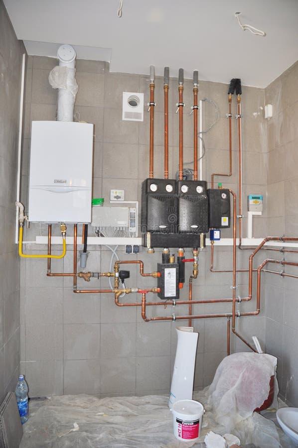 基辅-乌克兰, 12月- 19日2017年:油工&加热系统控制 家庭有一个现代燃气锅炉的锅炉室,加热 库存照片