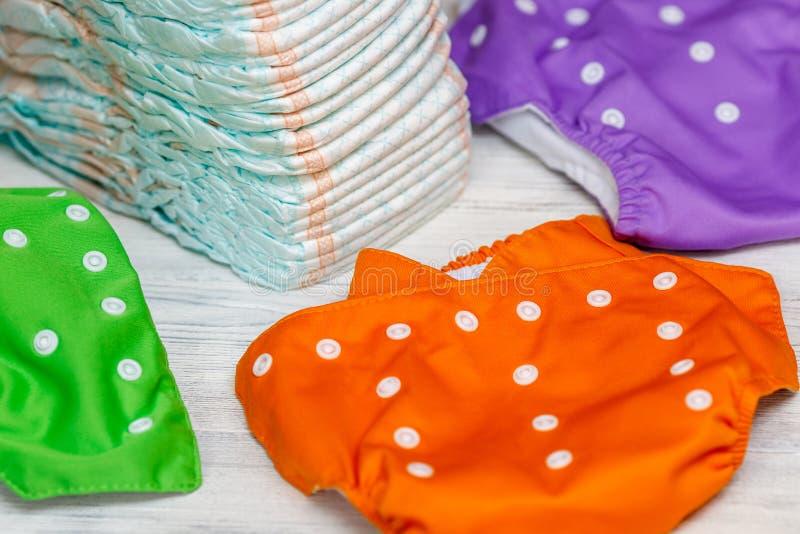 堆一次性尿布或尿布和五颜六色可再用 库存照片
