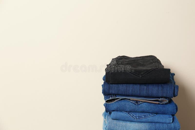 堆不同的牛仔裤 免版税库存照片