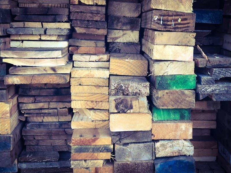 堆与五颜六色的末端背景纹理的木头 免版税图库摄影