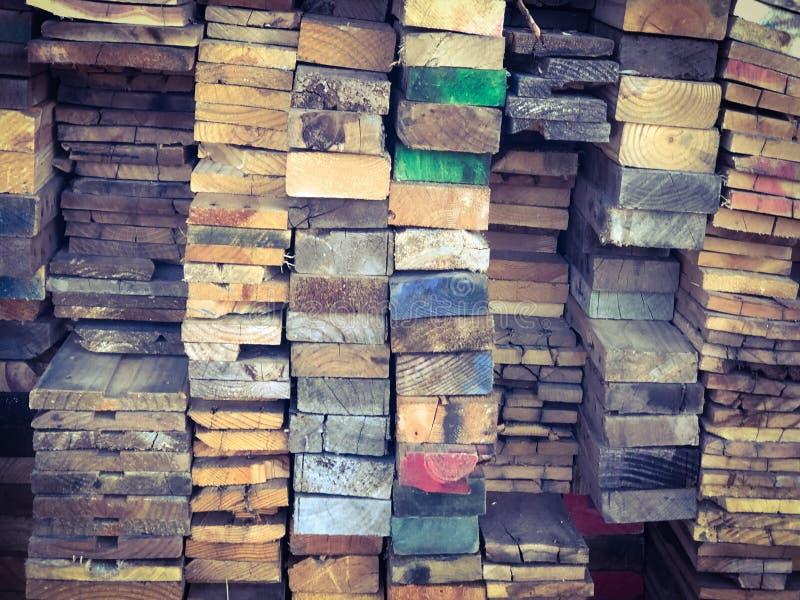 堆与五颜六色的末端背景纹理的木头 免版税库存图片