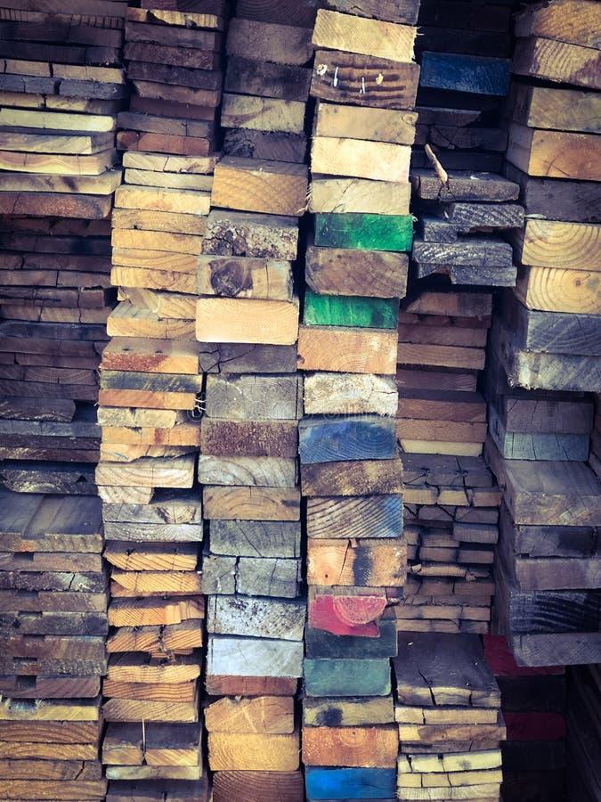 堆与五颜六色的末端背景纹理的木头 免版税库存照片