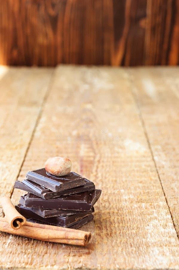 堆与坚果和桂香的巧克力切片在一木tabl 免版税库存图片
