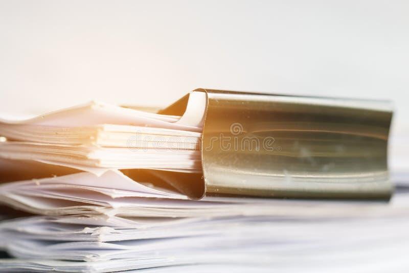 堆与夹子,堆的纸张文件未完成的文件 免版税库存照片