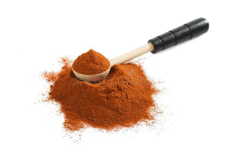 堆与木匙子的红色碎辣椒粉在白色 免版税图库摄影