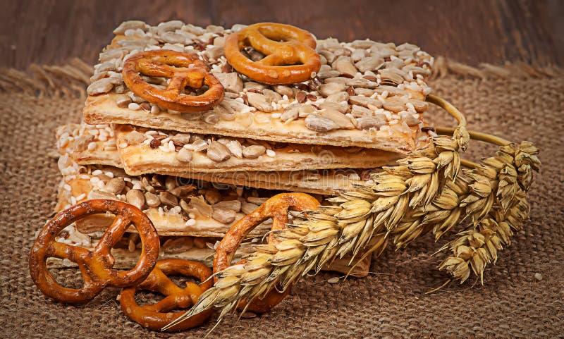 堆与种子和麦子耳朵的谷物曲奇饼在袋装 库存照片